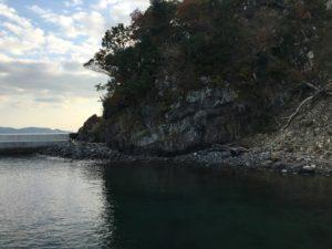 堤防に続く岩場